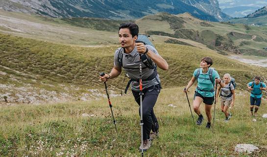 Abbigliamento da escursionismo di ODLO: in montagna con funzionalità e comfort
